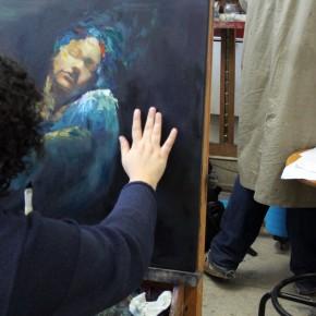 Estudante retoca pintura