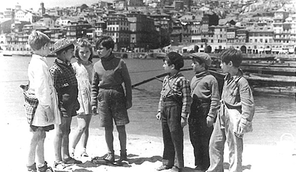 Cena do filme Aniki Bobó de Manoel de Oliveira, 1942