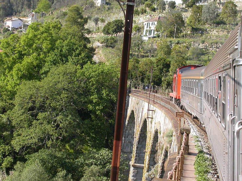 Linha ferroviária do Douro,comboio atravessa uma ponte