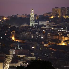 Porto estival ao anoitecer