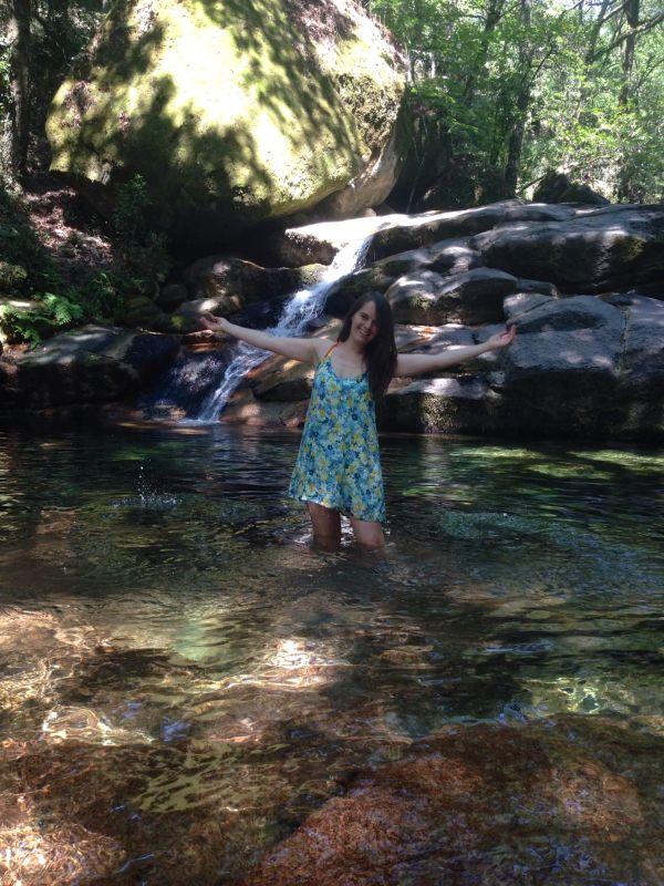 Vera Dantas numa lagoa do Rio Gerês