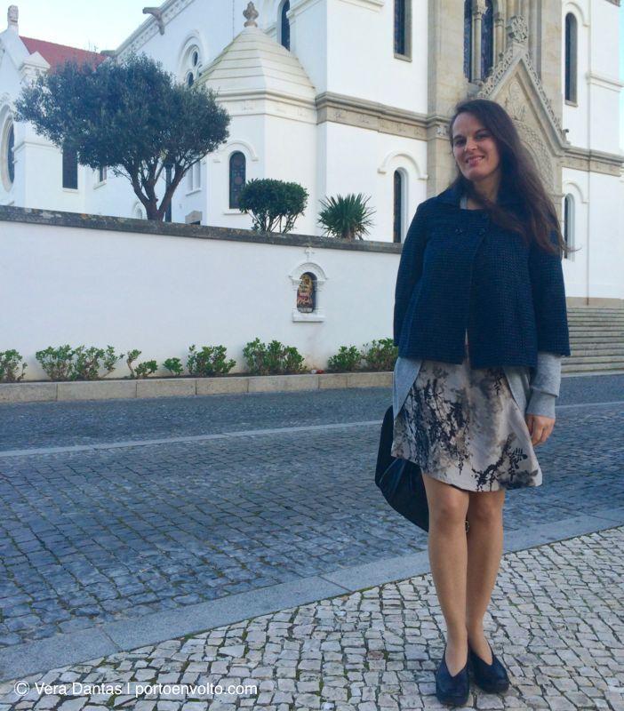 Vera Dantas em frente à Igreja Matriz de Espinho