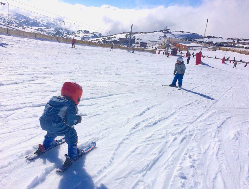 Crianças a esquiar na Serra da Estrela
