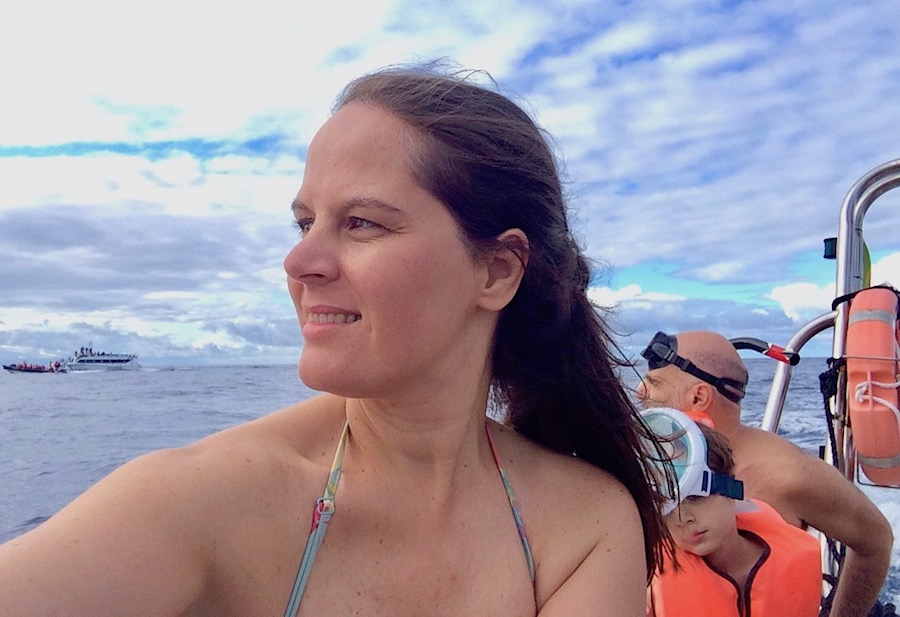 Vera Dantas a ver golfinhos nos Açores
